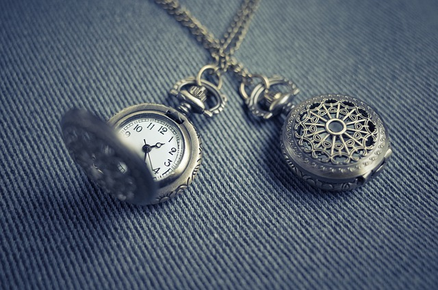 kapesní hodinky a medailón