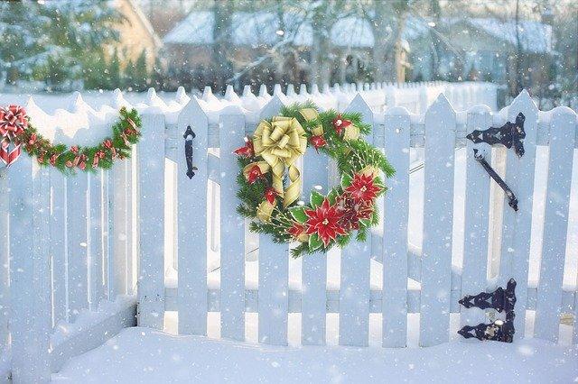 vánoční věnec na plotě